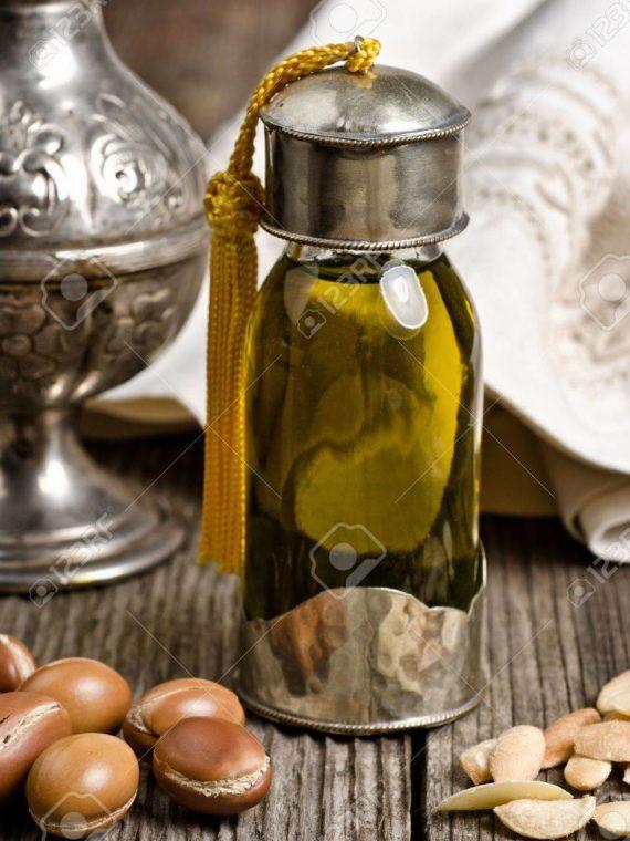 16002827-bouteille-de-l-huile-d-argan-et-de-fruits-d-argan-l-huile-d-argan-est-utilisée-pour-les